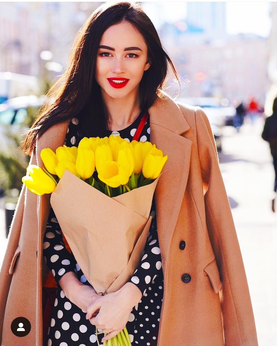 Изображение девушки с букетом красивых желтых тюльпанов